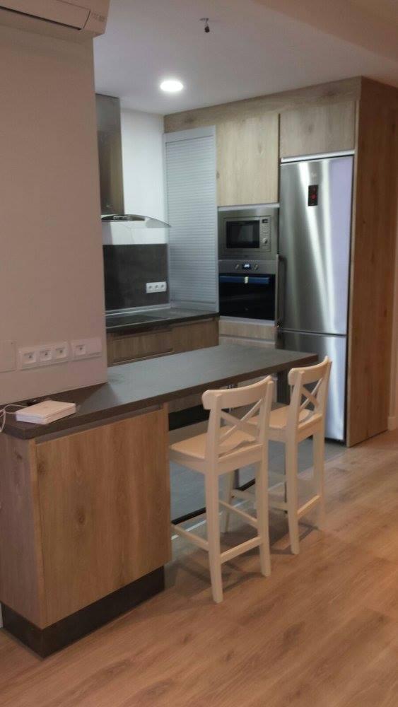 Cocina americana con puerta laminada madera y suelo for Cocina americana de madera
