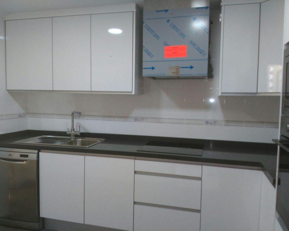 Cocina con puertas estratificado blanco brillo silestone for Puertas de cocina de aluminio