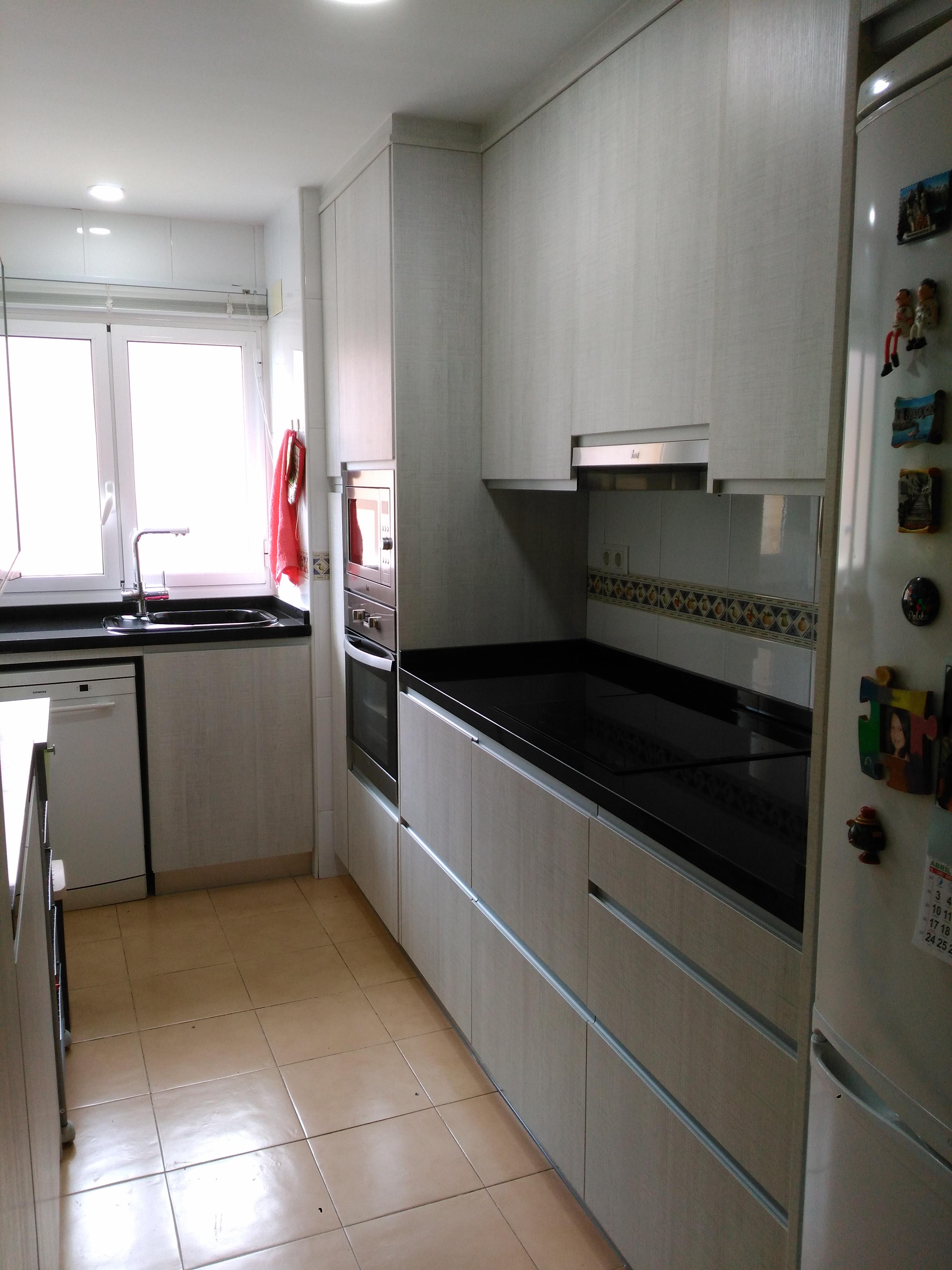 Elegant Cocina Con Puerta Laminado Sierra Blanco, Encimera De Granito Sahara Nigths  Y Tirador Aluminio Integrado